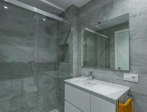 Baño tonos grises